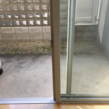 ベランダは奥行きあります。前の扉を開けると駐車場です。※写真は前回募集時のものです