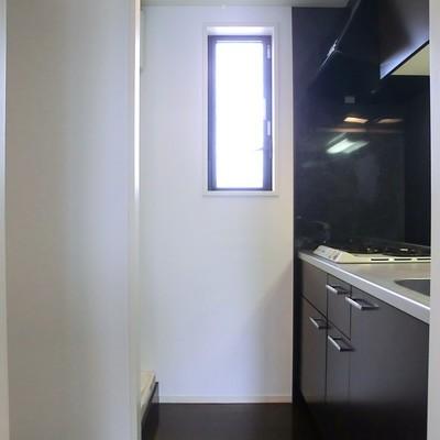 キッチンにも窓付きで、実質三面採光です!