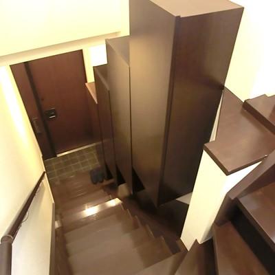 階段部部も靴箱に、収納も。ピカピカに光るダークブラウンがいいですね