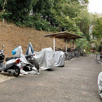 バイク置き場と駐輪場付き
