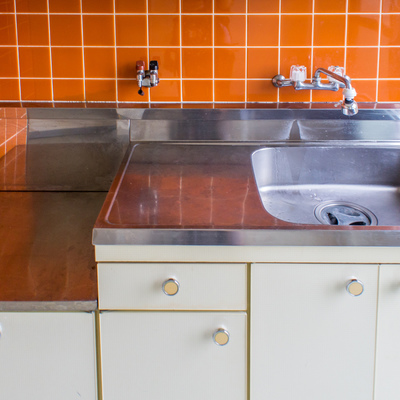 キッチンはガスレンジをご用意ください。上にも収納棚があります。