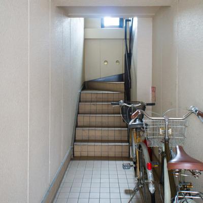 共用階段。入り口には自転車が停めてあります。