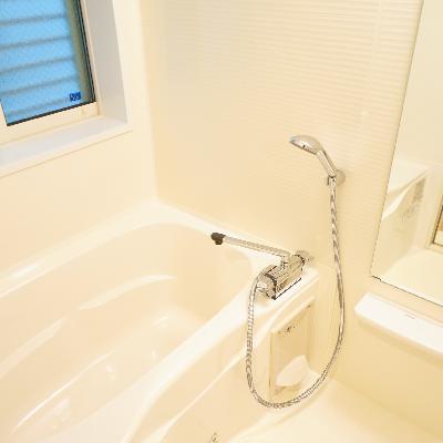 お風呂は乾燥機と大きな窓が◎