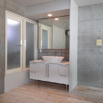 洗面台は2階のこの位置。カーテンで仕切ります※写真は別室です