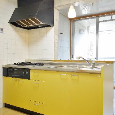 シャレた黄色のシステムキッチン!