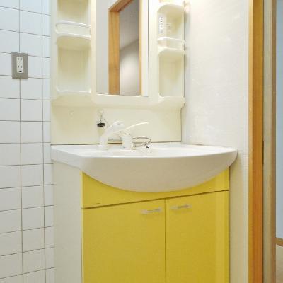 キッチンと合わせた黄色の洗面台♪
