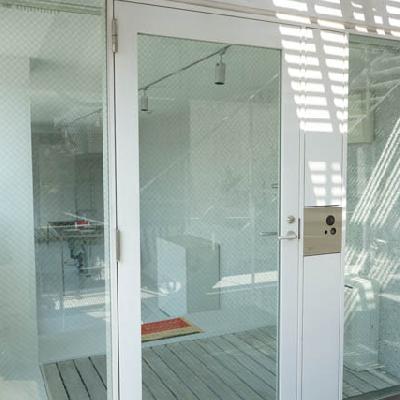 玄関もガラスでオープンです。※写真は別室です