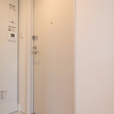 玄関は狭めです…。