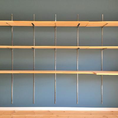 オープン収納の全貌。天板は固定されていないので、自由に取り外しできます。