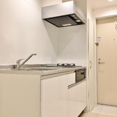 キッチンは2口コンロ。料理スペースもばっちり確保。