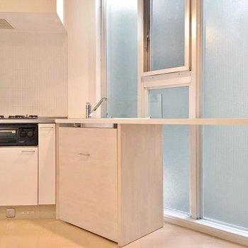 天板は窓側まで伸びています。調理スペースに使えますよ。