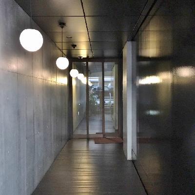 1階エントランス。丸い照明がおしゃれ。