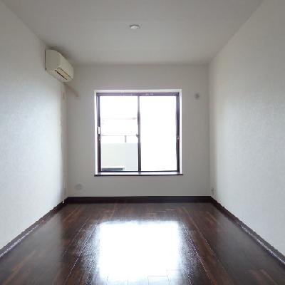 リビング横の洋室。書斎っぽい感じです