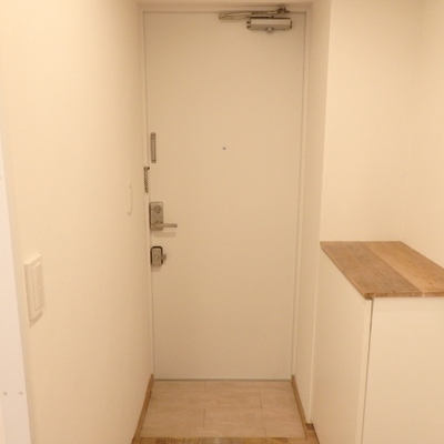 玄関も白、靴も収納できます