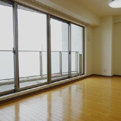 壁一面、窓になっていて明るい※写真は別部屋