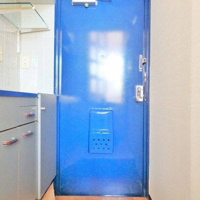 青いドアが懐かしい香り。