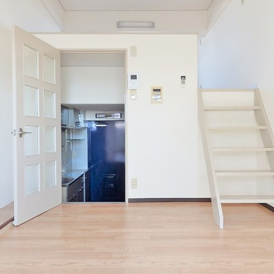 キッチンとリビングはは段差ドアで仕切られてます。