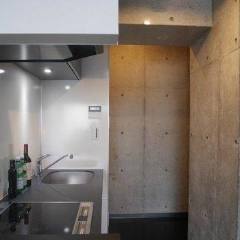 奥に冷蔵庫を ※写真は別部屋となります