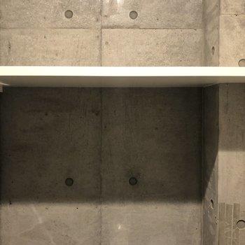 上部には棚もありました。トイレットペーパーなどが置けます。