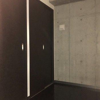 約3帖のサービスルームです。廊下側とキッチン側の2つの扉があります。