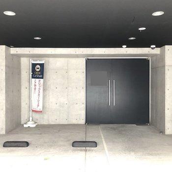 右手の扉からエントランスに入ることができます。