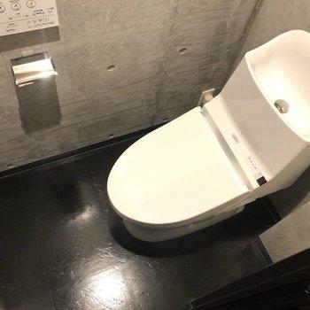 まずはトイレから。