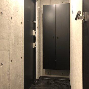 玄関です。床材や扉には黒いものが使われています。
