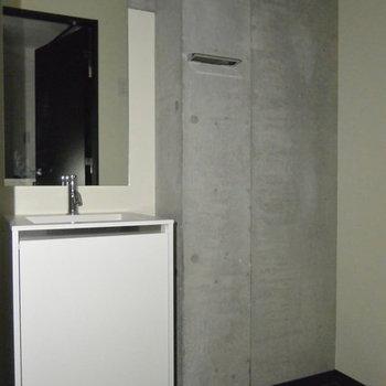 洗面台はややコンパクト。※写真は3階の同間取り別部屋