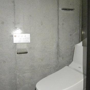 トイレもコンクリ!※写真は3階の同間取り別部屋、通電前です