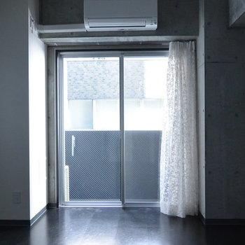東向き、明るさ十分です。※写真は3階の同間取り別部屋、通電前です