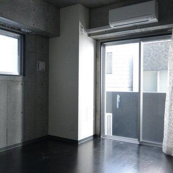 嬉しい二面採光。※写真は3階の同間取り別部屋、通電前です