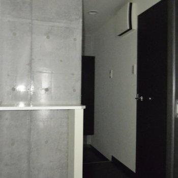 廊下から玄関へ。※写真は3階の同間取り別部屋、通電前です