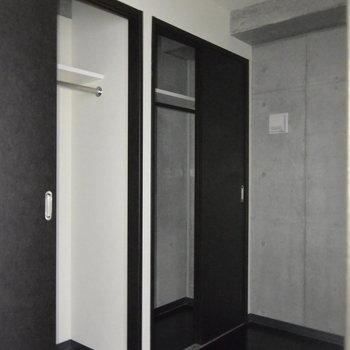 サービスルームと収納はこちらに※フラッシュ撮影です