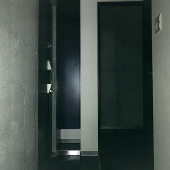 玄関はコンパクト ※写真は通電前、フラッシュを使用しております