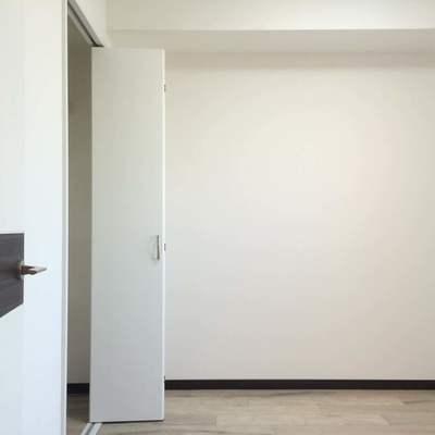 こちらは3.7帖の洋室です