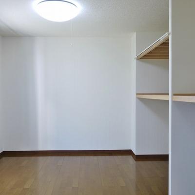 隣の洋室。