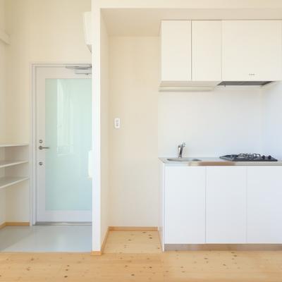 キッチン、横には冷蔵庫が置けます
