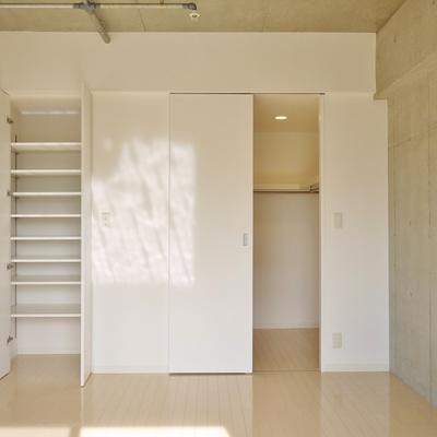 収納スペースの多い洋室。