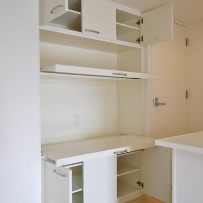 キッチン後の棚は助かる。