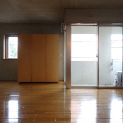 このお部屋、窓がたくさんあるんです!
