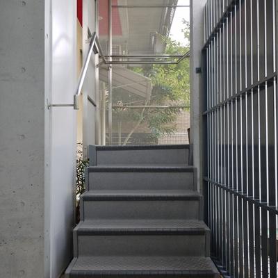 エレベーターはないのでこの階段を。