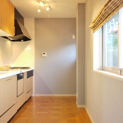 キッチンもお洒落。窓から緑も見える。