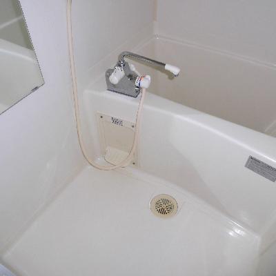 お風呂は浴槽深め*フラッシュ撮影です