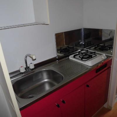 キッチンも赤!*フラッシュ撮影です
