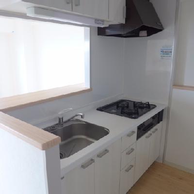 キッチンは3口ガスコンロ※写真は別部屋