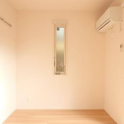 洋室、この小窓が可愛い♪