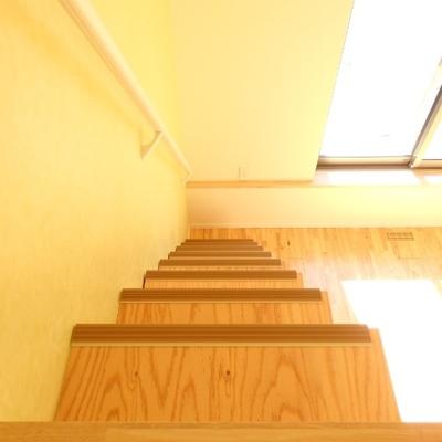 手すりに滑り止めも付いていて、優しい階段