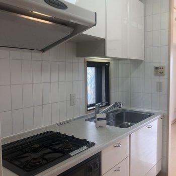 真っ白のキッチン!清潔感ありますね〜