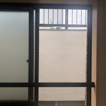 こちらは居室の側面の窓。お隣さんが近いですね