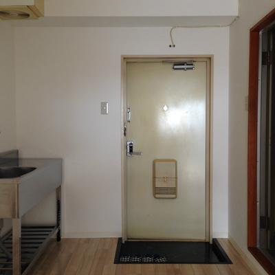 4帖のDKのお部屋です。※ブレーカーが上げられず暗くてすみません。